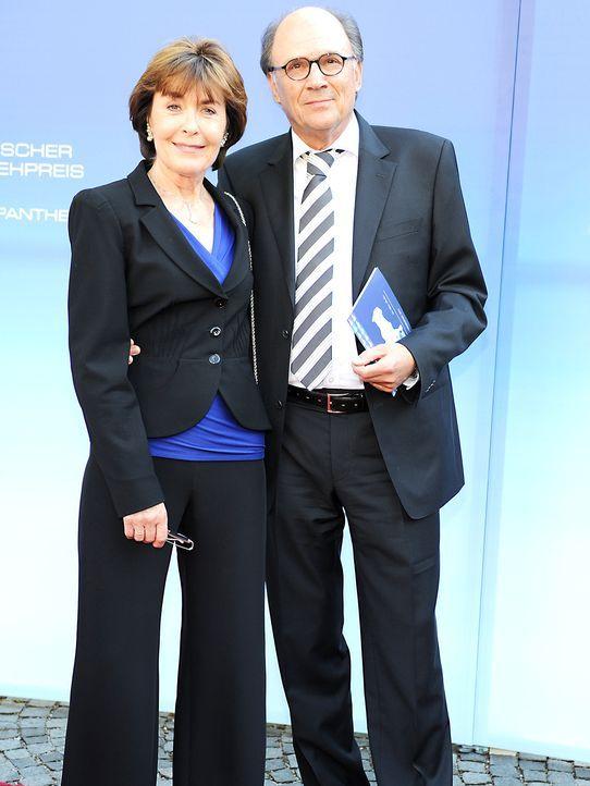 Bayerischer-Fernsehpreis-2012-Thekla-Carola-Wied-Hannes-Rieckhoff-12-05-04-dpa - Bildquelle: dpa