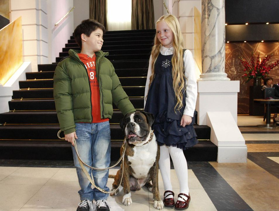 Daniel (Alexander Türk, l.) begegnet im Hotel einer reizenden kleinen Prinzessin Charlotte von Schaumberg (Paula Thimm, r.). Es wirkt so, als würd... - Bildquelle: SAT.1