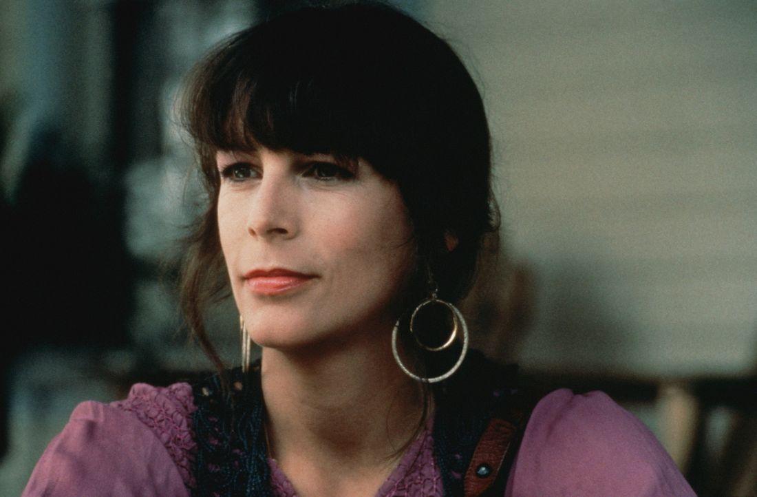 Zunächst reagiert Vada überaus eifersüchtig auf die Kosmetikerin Shelly (Jamie Lee Curtis) ... - Bildquelle: Columbia Pictures