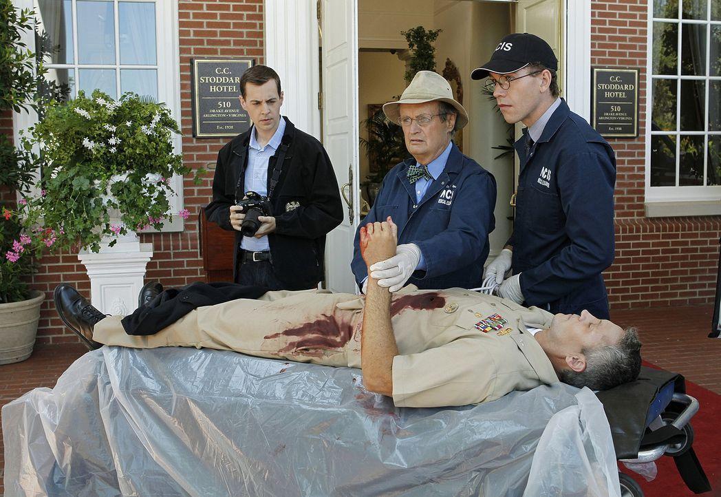 Ein neuer Fall beschäftigt McGee (Sean Murray, l.), Ducky (David McCallum, M.) und Jimmy (Brian Dietzen, r.) ... - Bildquelle: CBS Television