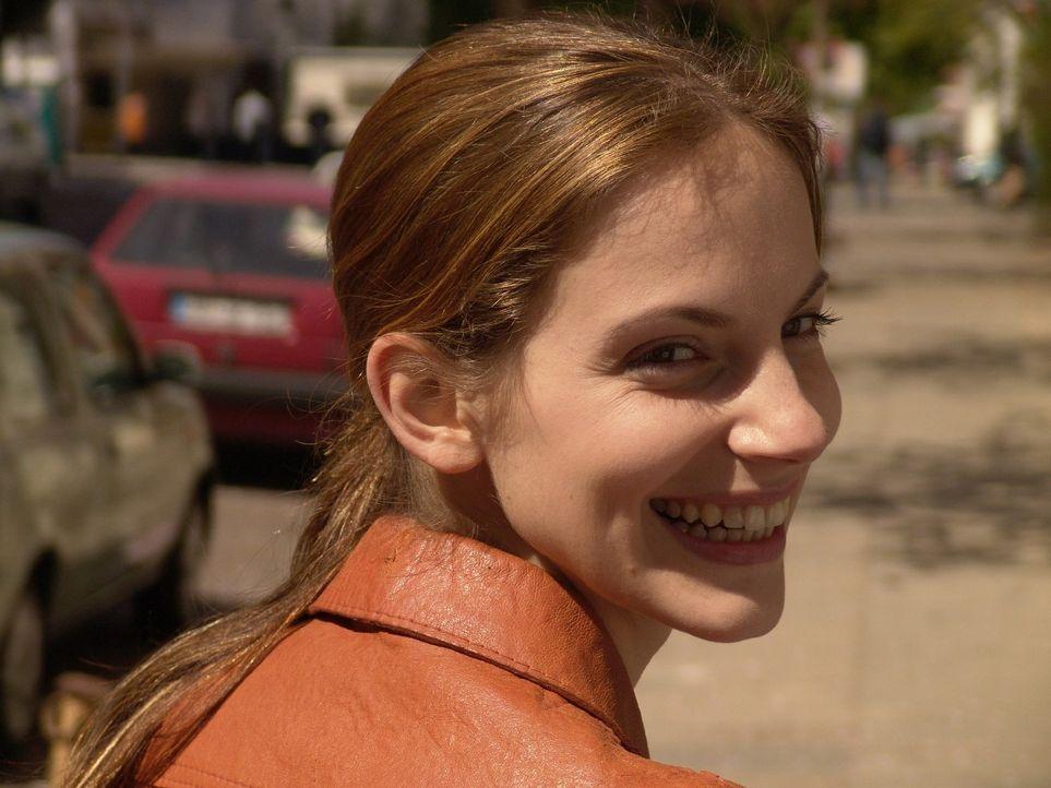 Andrea (Marie Zielcke) ist es gewohnt hart zu arbeiten und glaubt, dass sie ein glücklicher Mensch sei - bis ein harter Schicksalsschlag sie trifft. - Bildquelle: Sat.1