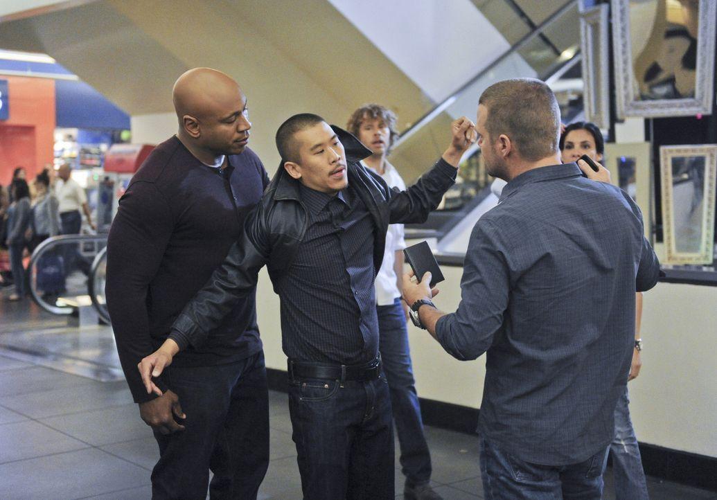 Bei den Ermittlungen in ihrem neuen Fall geraten Sam (LL Cool J, l.), Deeks (Eric Christian Olsen, 3.v.l.), Callen (Chris O'Donnell, 2.v.r.) und Ken... - Bildquelle: CBS Studios Inc. All Rights Reserved.