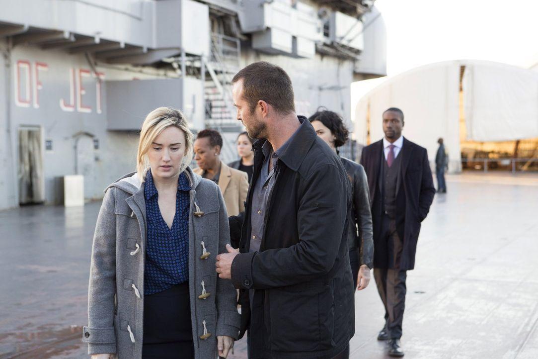 Die Trauer und Wut über Davids Ermordung lässt Patterson (Ashley Johnson, l.) zu Höhenflüge auflaufen. Innerhalb kürzester Zeit knackt sie sämtliche... - Bildquelle: Warner Brothers