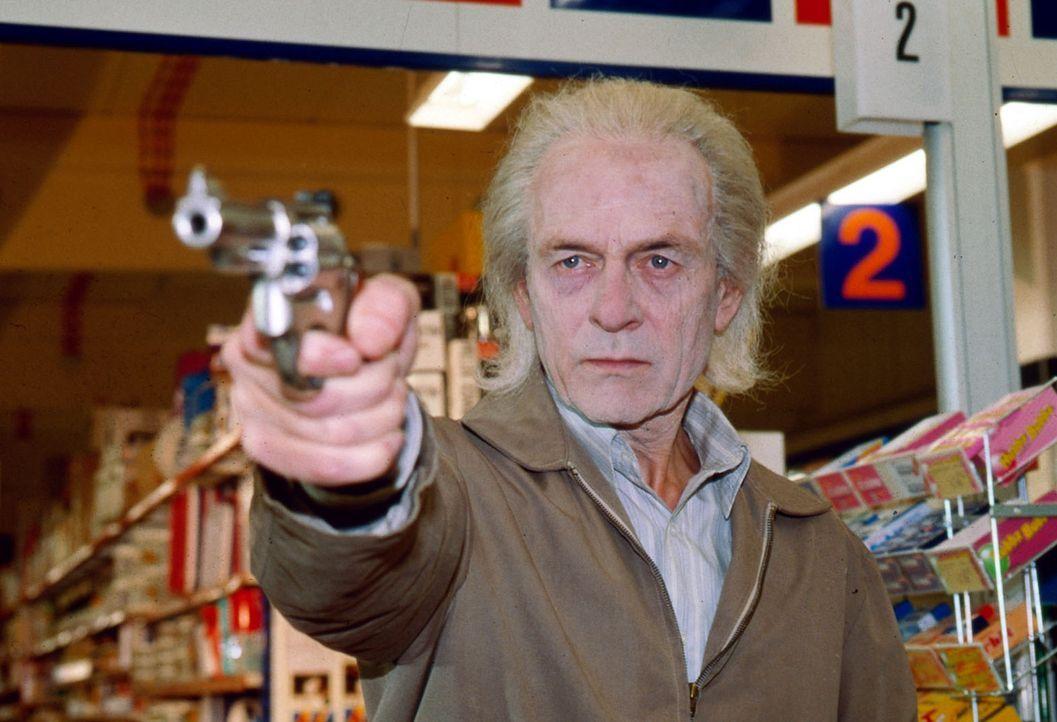 Immer wieder kommt es zu Überfällen auf Supermärkte und Banken. Der Täter (Joachim Bissmeier) ist ein alternder Verwandlungskünstler, der immer... - Bildquelle: Sat.1