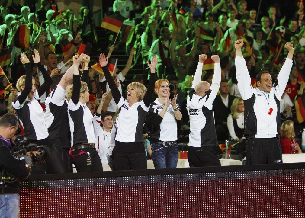 """2010 verliert die deutsche Promi-Auswahl in der SAT.1-Show """"Deutschland gegen Holland - das Duell"""" gegen die niederländischen Stars. Jetzt gibt es... - Bildquelle: Jens Koch SAT.1"""