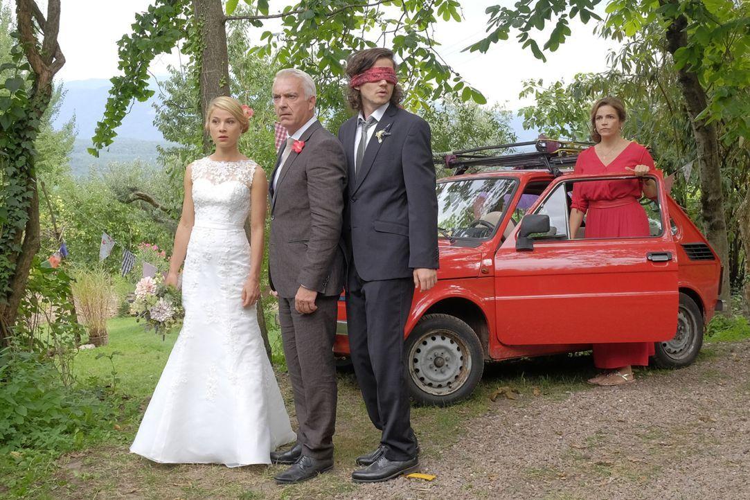 Als eine zweite Braut auftaucht, sind Jade (Lea Ruckpaul, l.), Oliver (Tilman Pörzgen, r.) und Claudia (Rebecca Immanuel, 2.v.r.) doch etwas irritie... - Bildquelle: Jacqueline Krause-Burberg SAT.1