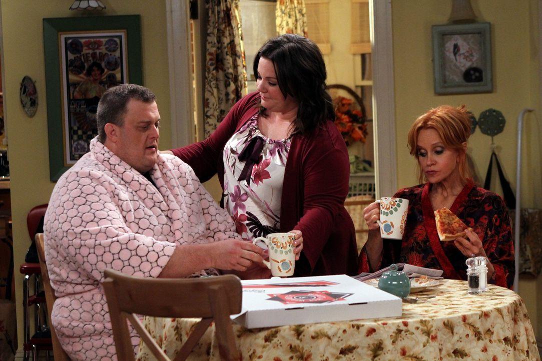 Ein ganz besonderes Frühstück: Mike (Billy Gardell, l.), Molly (Melissa McCarthy, M.) und Joyce (Swoosie Kurtz, r.) ... - Bildquelle: Warner Bros. Television