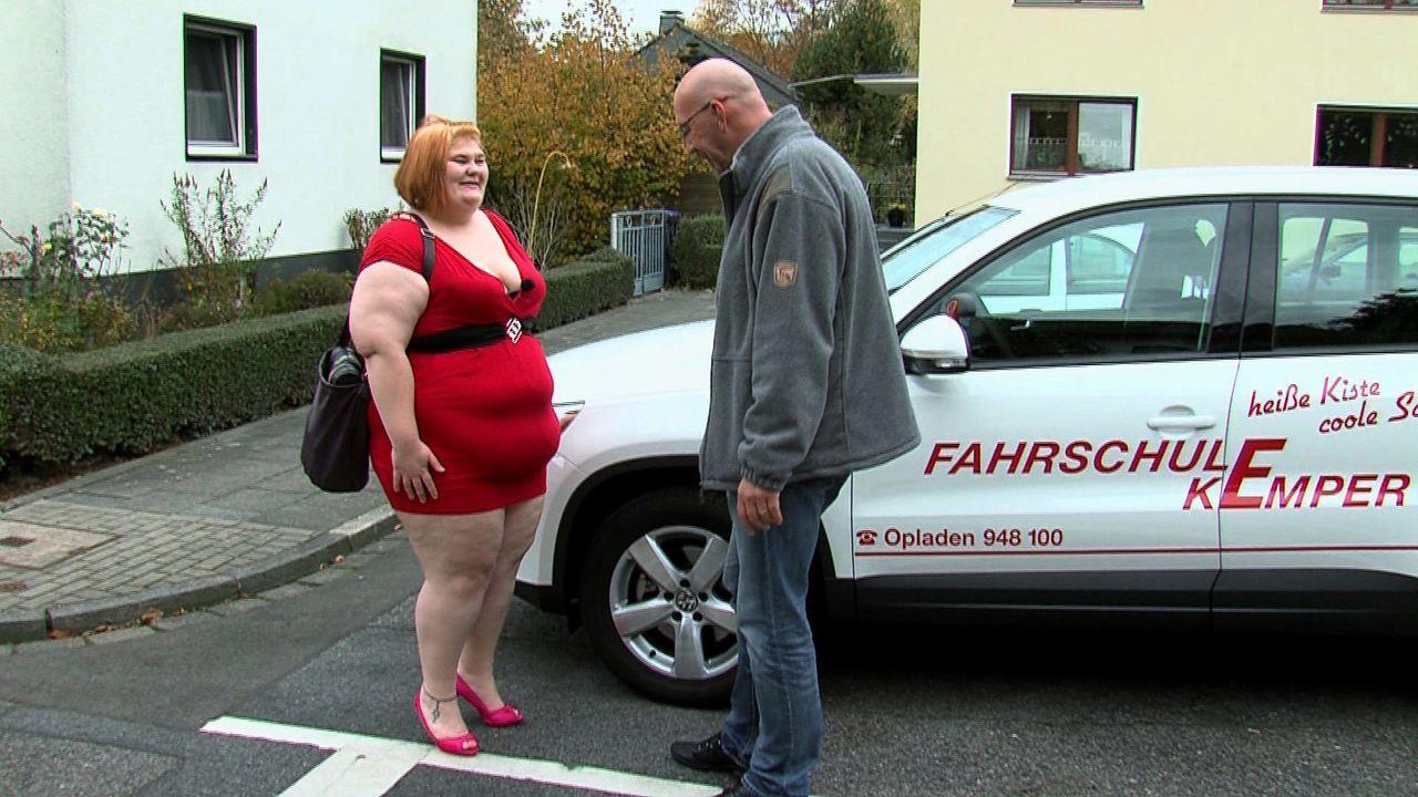 Ob Eileen (l.) ihren Fahrlehrer Jürgen (r.) mit diesem Outfit aus der Reserve locken kann? - Bildquelle: SAT.1