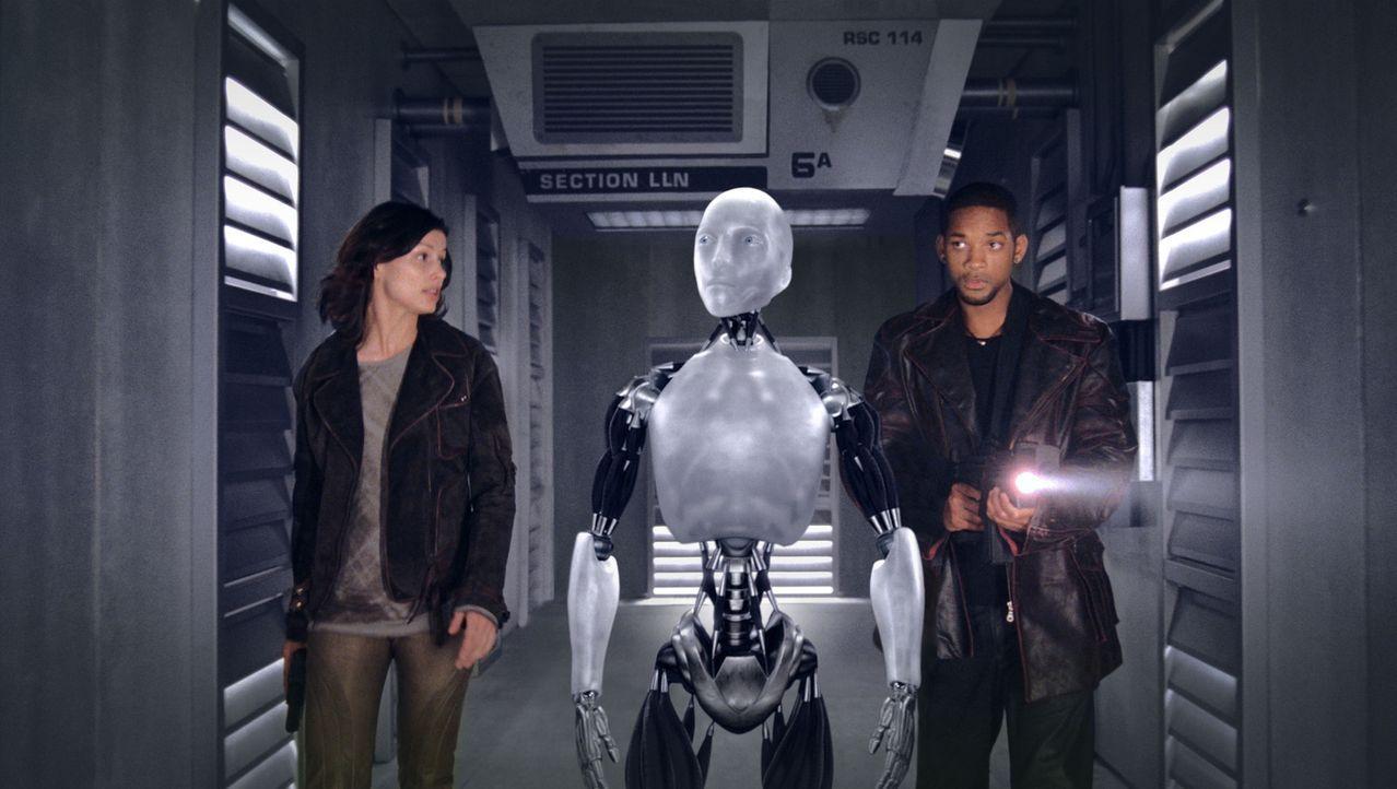 Roboterpsychologin Dr. Susan Calvin (Bridget Moynahan, l.) findet schon bald heraus, dass Sonny keine Verbindung zum Zentralcomputer V.I.K.I besitzt... - Bildquelle: 2004 Twentieth Century Fox Film Corporation. All rights reserved.