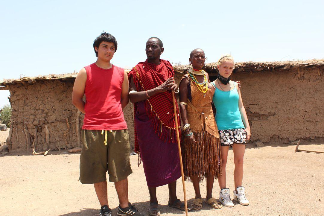 Der 40-jährige Gastvater Girgis (2.v.l.) und seine Frau Ushesa (2.v.r.) werden Timucin (l.) und Monique (r.) zeigen, wie hart das Leben sein kann ... - Bildquelle: kabel eins