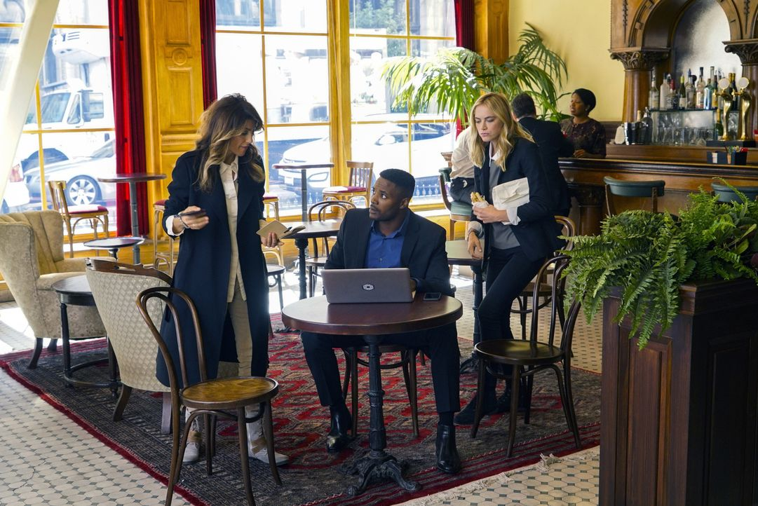 Bishop (Emily Wickersham, l.) und Quinn (Jennifer Esposito, r.) sollen MI6 Offizier Reeves (Duane Henry, M.) in Philadelphia unterstützen. Ihnen sto... - Bildquelle: Robert Voets 2016 CBS Broadcasting, Inc. All Rights Reserved