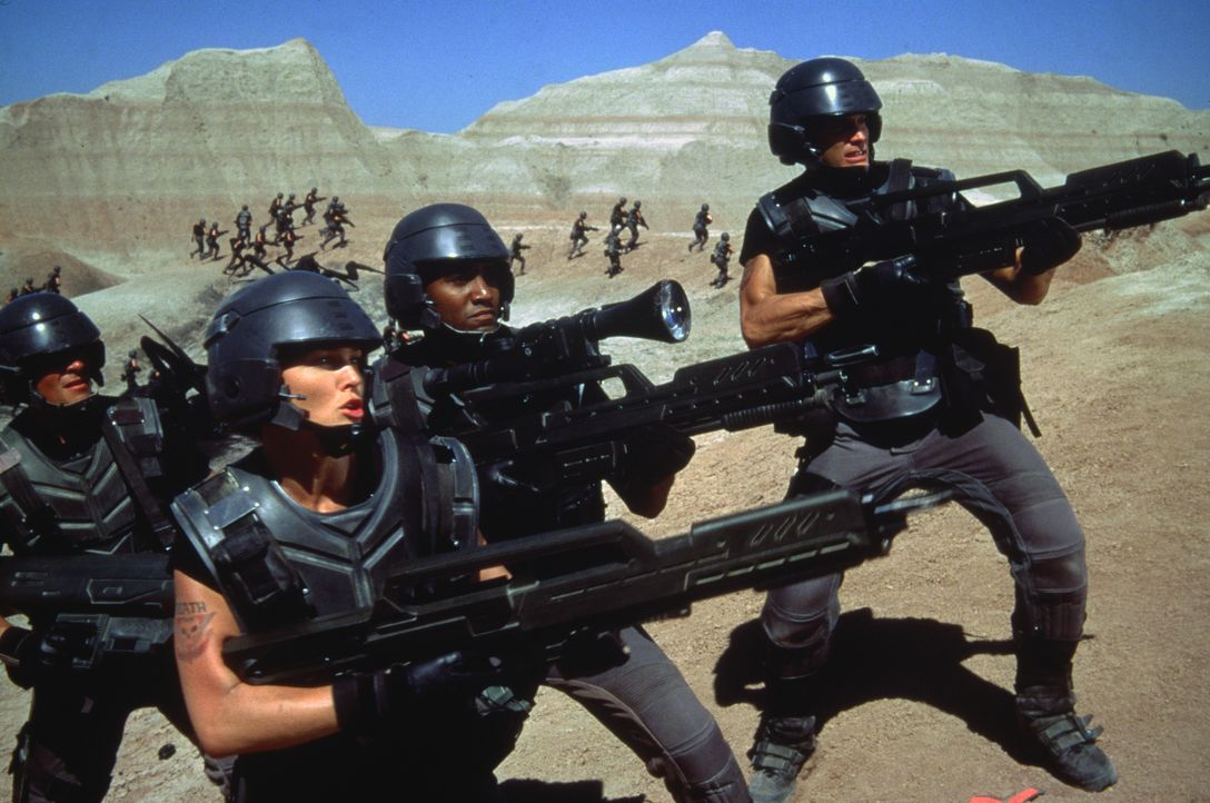 """Nehmen den Kampf gegen die """"Bugs"""" auf: Male Trooper (Jim Morse), Dizzy (Dina Meyer), Private Sugar Watkins (Seth Gilliam) und Johnny Rico (Casper Va... - Bildquelle: TriStar Pictures"""