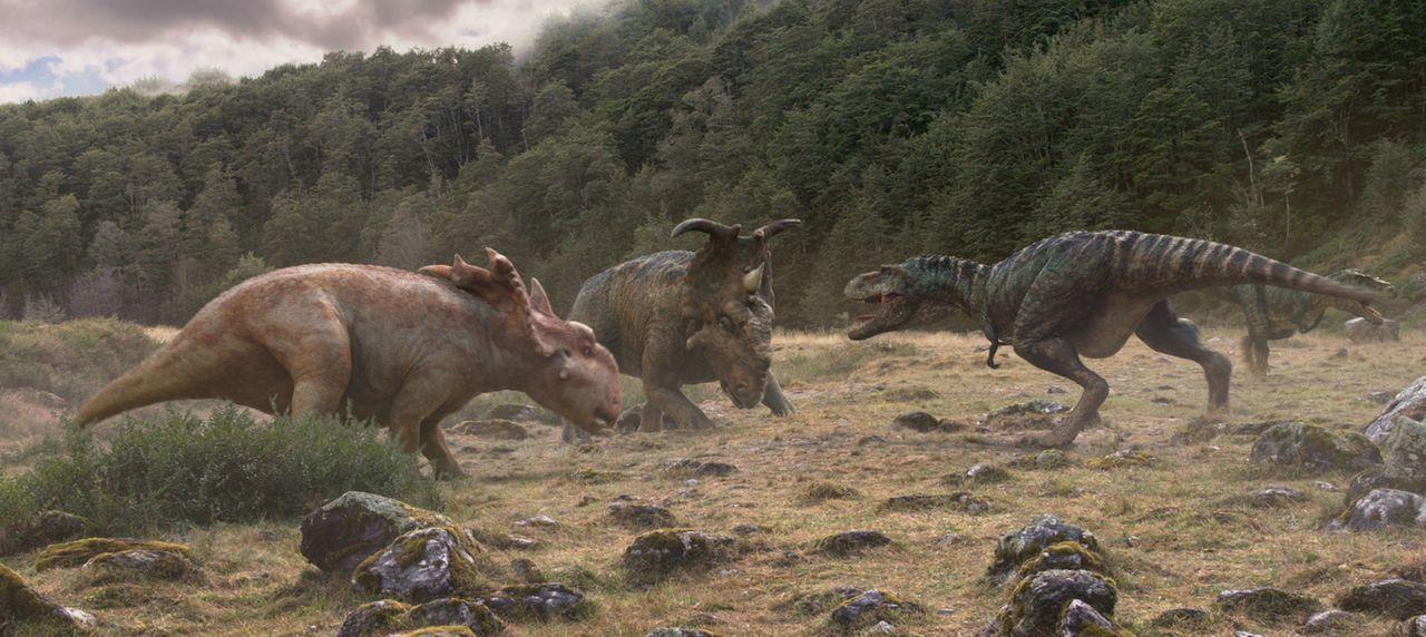 Der überaus flinke Gorgosaurus (r.) macht sich die eh schon beschwerliche Reise der Fleischfresser zu nutzen und greift Bruto (M.) an. Als Patchi (l... - Bildquelle: 2013 Constantin Film Verleih GmbH.