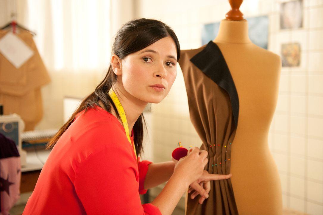 Von der Platte in die glitzernde Modewelt nach New York - und wieder zurück: Mandy (Anna Fischer) gibt ihren Traum von der eigenen Kollektion so sch... - Bildquelle: Britta Krehl SAT.1