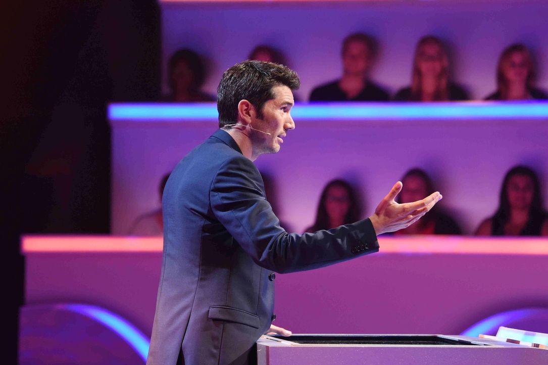 """Stefan Gödde moderiert die Quizshow """"Was weiß ich?!"""" - Bildquelle: Andre Kowalski SAT.1"""