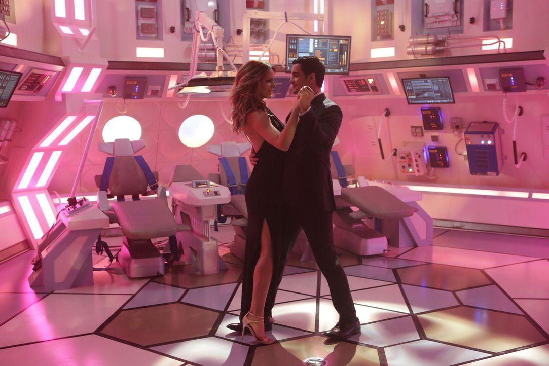 Ein Tanz in einer Rakete im Weltraum. Halluziniert Walter (Elyes Gabel, r.) auf Grund des Sauerstoffmangels oder ist Paige (Katharine McPhee, l.) wi... - Bildquelle: Sonja Flemming 2016 CBS Broadcasting, Inc. All Rights Reserved.