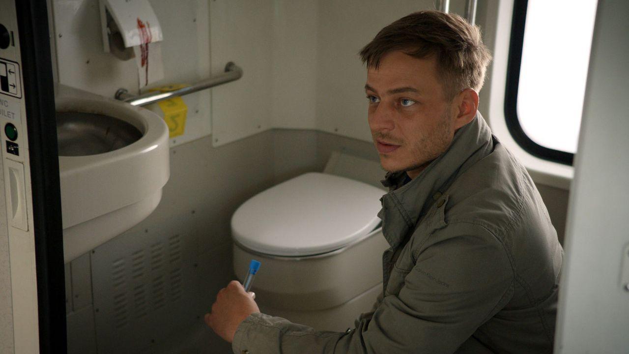 In einer Zugtoilette wurde eine junge Journalistin ermordet, die wichtiges Beweismaterial dem ICC übergeben wollte. Sebastian (Tom Wlaschiha) auf Sp... - Bildquelle: Tandem Productions GmbH. All rights reserved.
