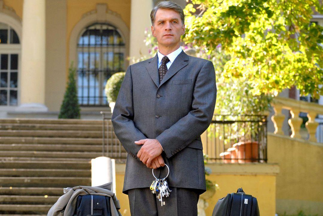 Fabian Schlüter (Walter Sittler) ist ein klassischer Butler der alten englischen Schule. Als sein Herr, der greise Baron von Leyden, das Zeitliche... - Bildquelle: Rainer Bajo Sat.1