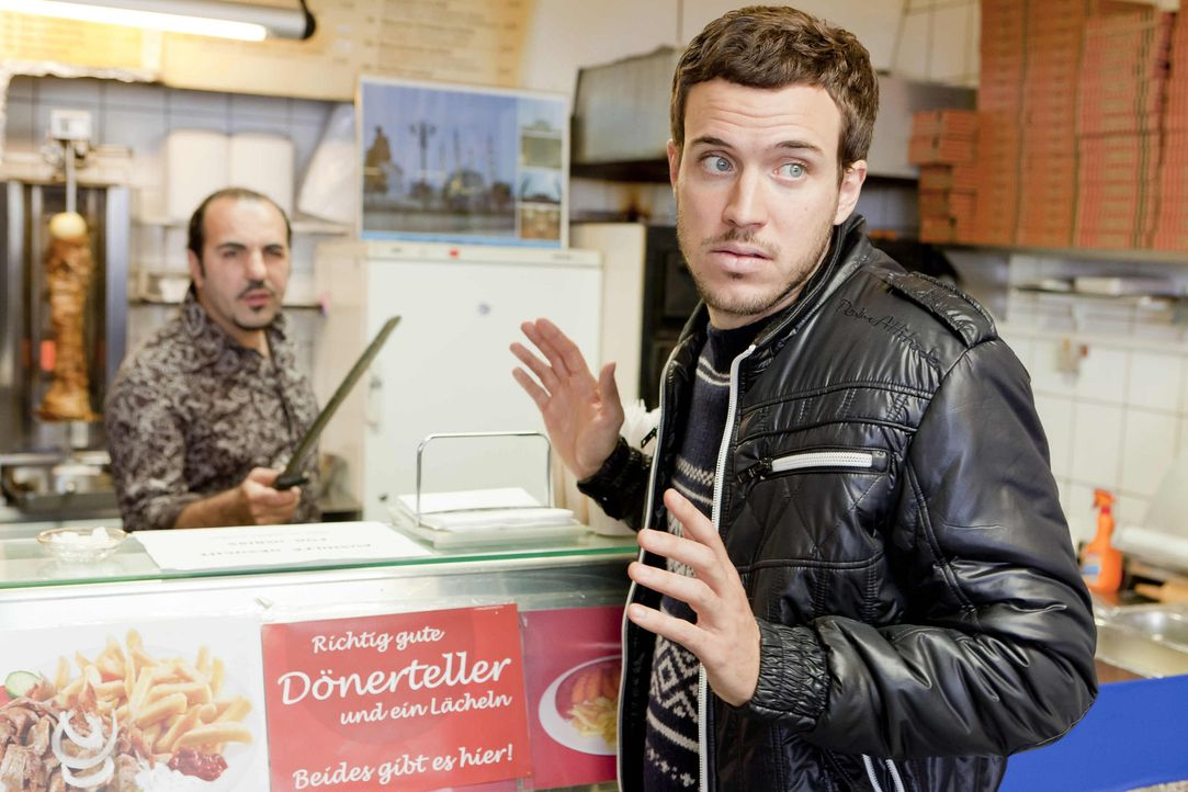 Ein Fall für Danni: Thorsten (Tobias van Dieken, r.) sucht einen Job und möchte nun den Imbissbesitzer Mesut (Adnan Maral, l.) verklagen, weil die... - Bildquelle: SAT.1