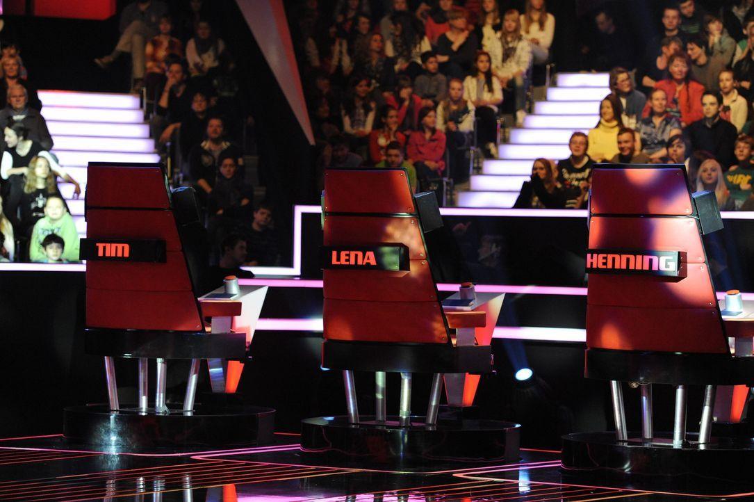 """In drei """"Blind Auditions"""" präsentieren sich die jungen Sängerinnen und Sänger den drei Coaches Tim Bendzko, Lena Meyer-Landrut und Henning Wehland - Bildquelle: Christoph Assmann SAT.1"""