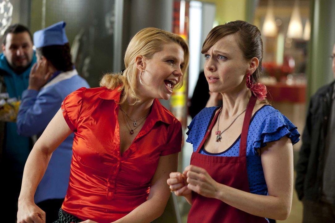 Während Danni (Annette Frier, l.) an einem neuen Fall arbeitet, überlegt Bea (Nadja Becker, r.) ob sie zu ihrem neuen Freund, dem wohlhabenden Gen... - Bildquelle: Frank Dicks SAT.1