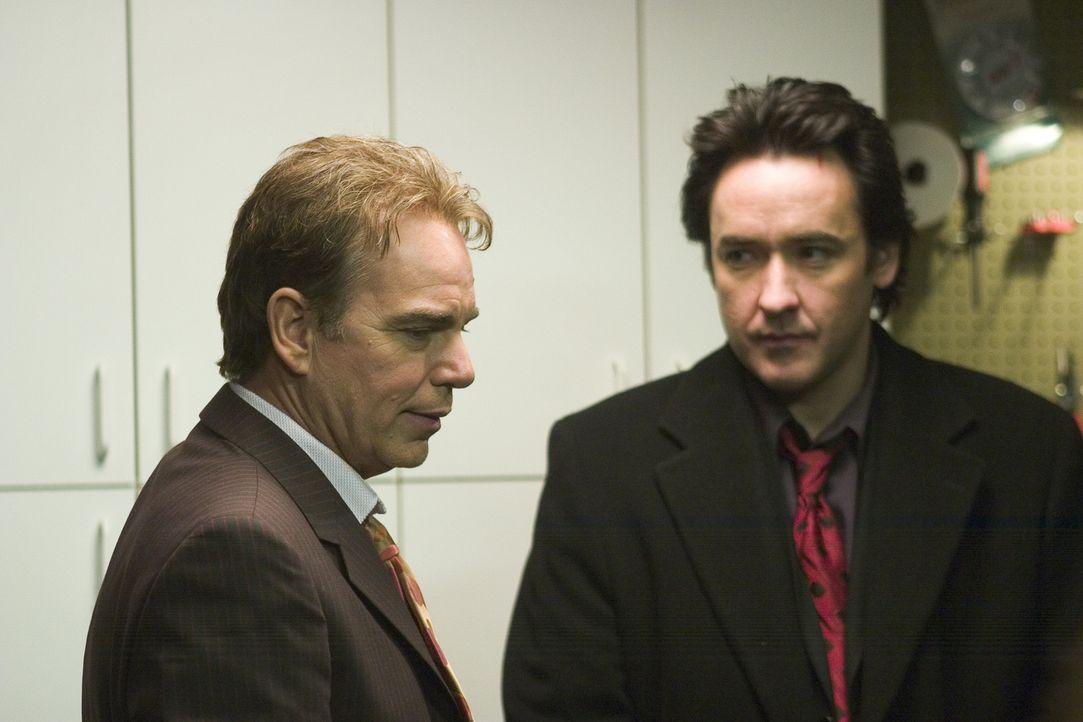 Man gönnt sich ja sonst nichts, und so soll die diesjährige Bescherung für den Mafiaanwalt Charlie (John Cusack, r.) und seinem abgebrühten Kumpel V... - Bildquelle: 2005 Focus Features LLC. All Rights Reserved.