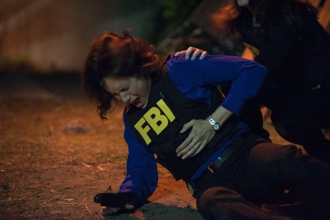 Bei einem Einsatz wird Fischer (Emily Swallow) von einem Schuss getroffen. Doch wie schwer ist sie tatsächlich verletzt? - Bildquelle: Warner Bros. Television