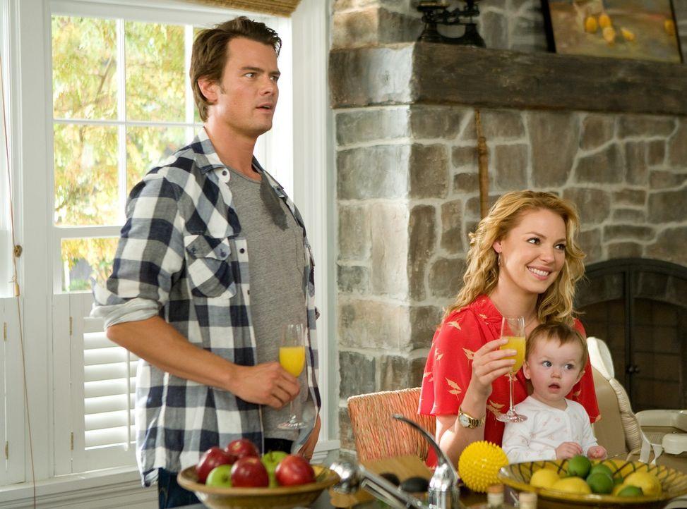 Eric Messer (Josh Duhamel, l.); Holly Berenson (Katherine Heigl, r.); Sophie (Alexis, Brynn und Brooke Clagett, vorne) - Bildquelle: Warner Bros.