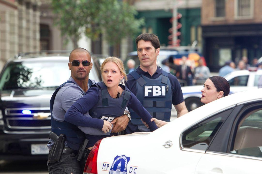 Ein Banküberfall wird für das Team zu einem Horroreinsatz: Morgan (Shemar Moore, l.), JJ (A. J. Cook, 2.v.l.), Prentiss (Paget Brewster, r.) und Hot... - Bildquelle: ABC Studios