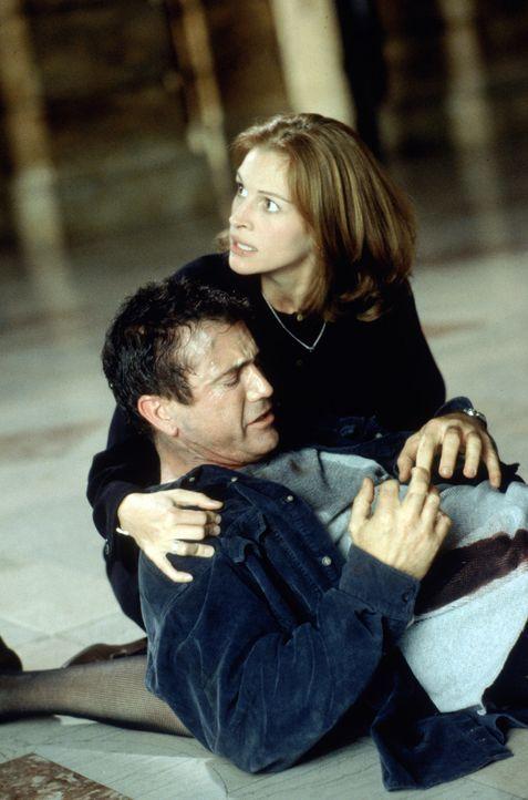 """Als Staatsanwältin Alice (Julia Roberts, hinten) bemerkt, dass hinter Fletchers (Mel Gibson, vorne) """"Spinnereinen"""" mehr steckt, entschließt sie sich... - Bildquelle: Warner Bros. Pictures"""