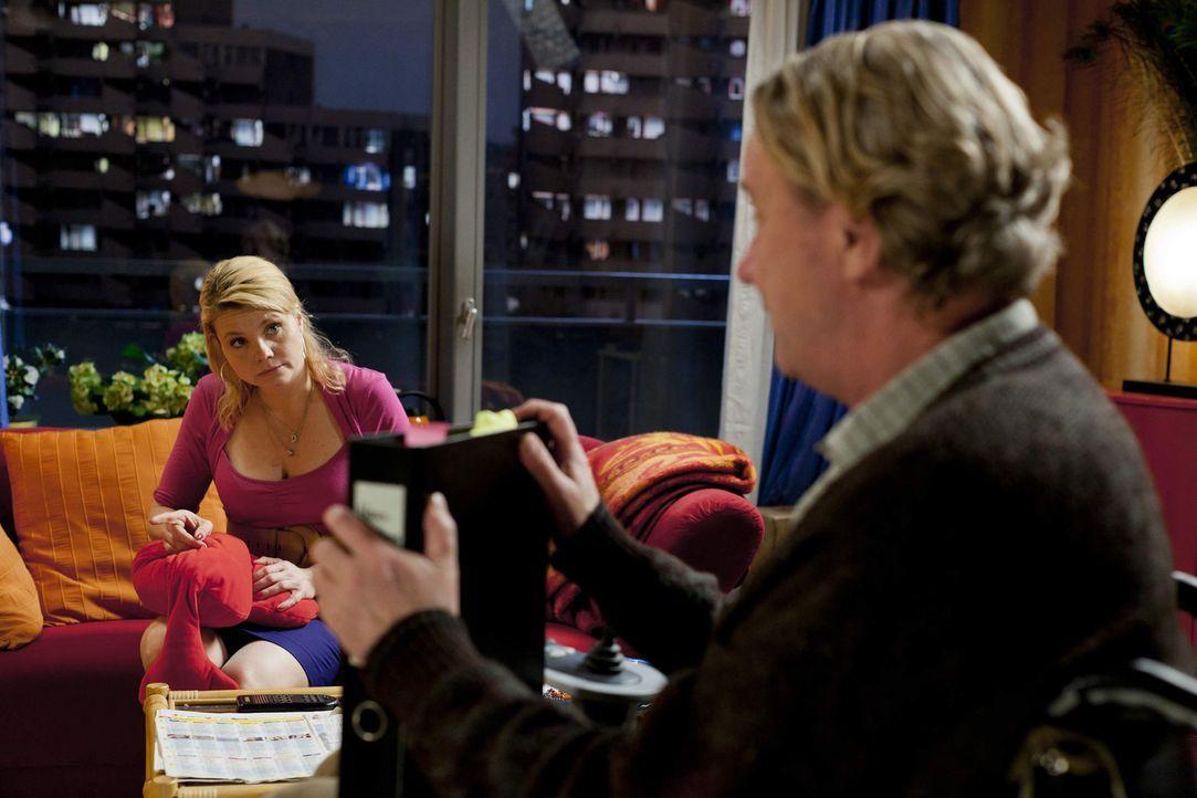 Danni (Annette Frier, l.) kann es nicht fassen, Kurt (Axel Siefer, r.) hat einen Job als Hausmeister bekommen und bezieht die dazugehörige Dienstwo... - Bildquelle: Frank Dicks SAT.1