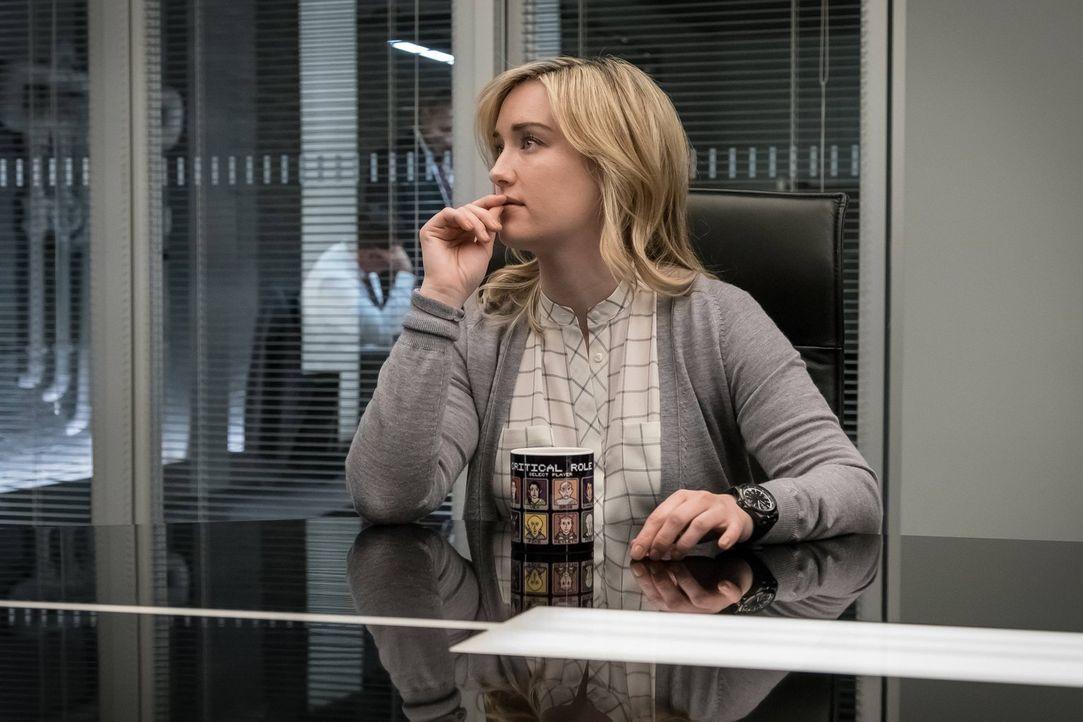 Als Patterson (Ashley Johnson) an die versteckten Unterlagen ihrer ehemaligen Chefin kommt, erkennt sie, dass sie da in eine richtig große und gefäh... - Bildquelle: Warner Brothers
