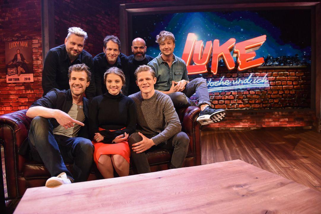 """Schulparty bei """"LUKE! Die Woche und ich""""? In seiner preisgekrönten Comedy-Show begrüßt Luke Mockridge (vorne links) diese Woche die beiden Schauspie... - Bildquelle: Steffen Z. Wolff SAT.1"""