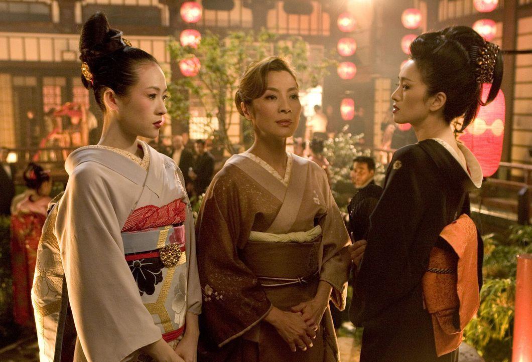 Immer wieder müssen Sayuri (Ziyi Zhang, l.) und  Mameha (Michelle Yeoh, M.) erleben, wie schwer ihnen Hatsumomo (Li Gong, r.) das Leben macht. Da be... - Bildquelle: 2005 Sony Pictures Television International.