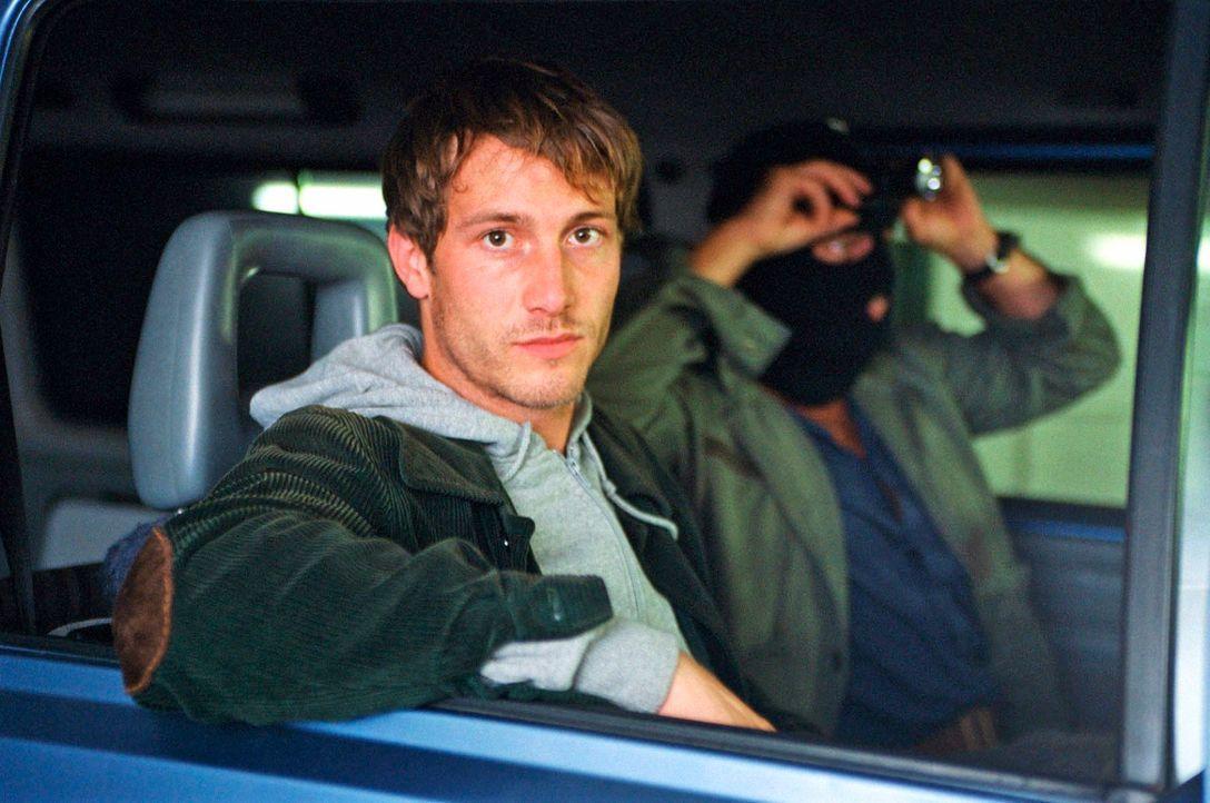 Felix (David Rott, l.) und Max (Max Tidof, r.) warten auf den Geldtransporter. - Bildquelle: Hardy Spitz Sat.1