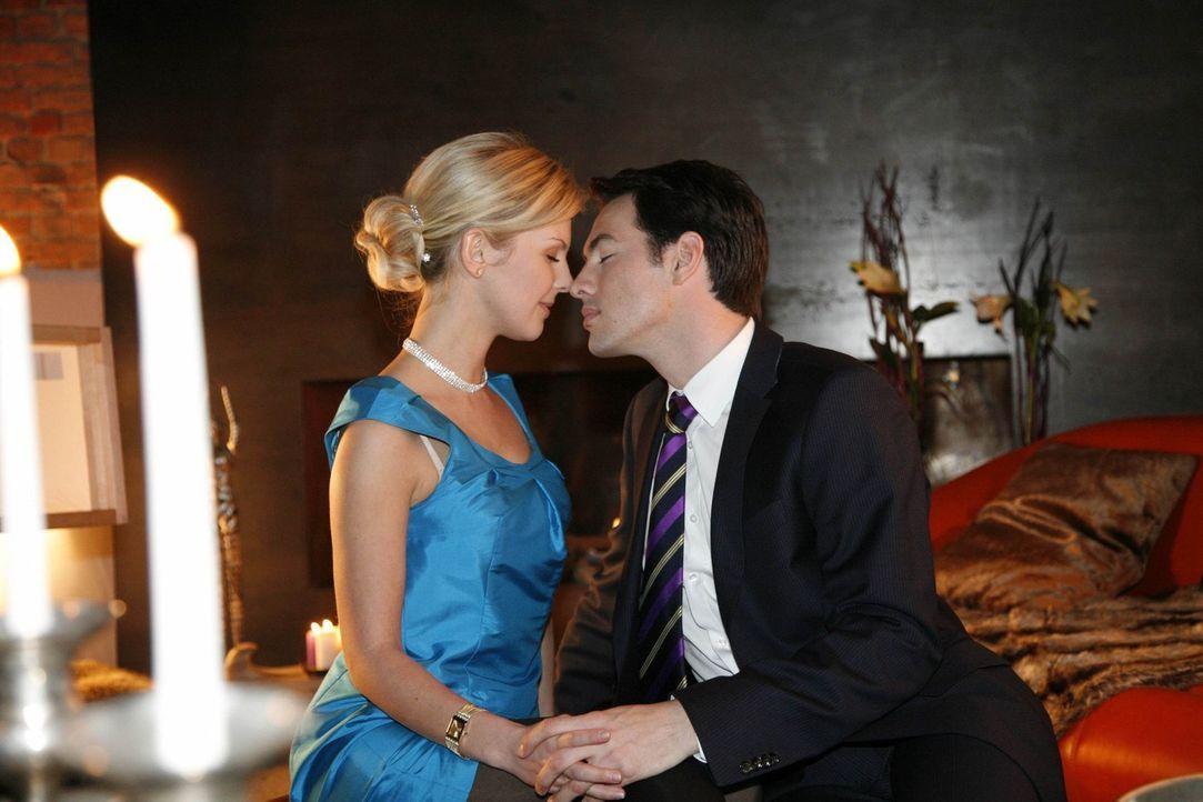 Erleben eine romantisch wilde Nacht: Alexandra (Yvonne Schönherr, l.) und Mark (Arne Stephan, r.) ... - Bildquelle: SAT.1