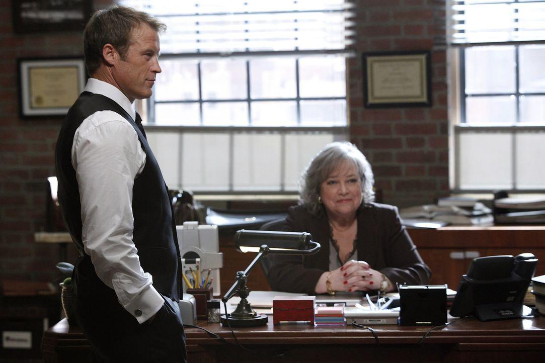 Der Fall um Eric Sanders beschäftigt Harry (Kathy Bates, r.) und Oliver (Mark Valley, l.) ... - Bildquelle: Warner Bros. Television