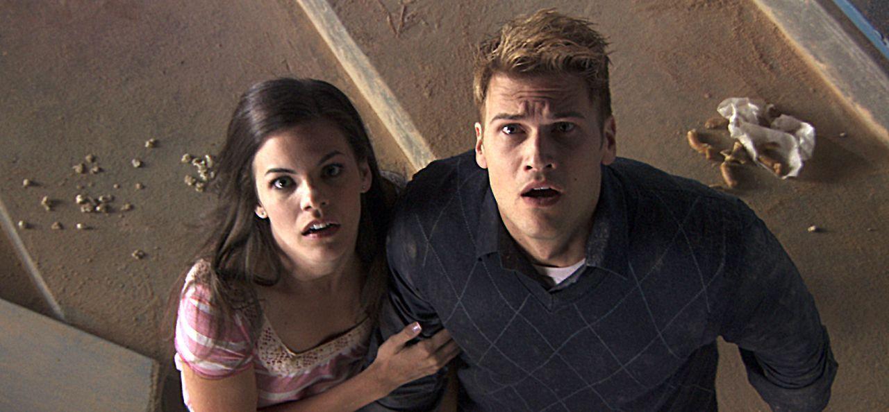 Jetzt heißt es rennen, denn die Tribüne stürzt gleich an: Janet (Haley Webb, l.) und Hunt (Nick Zano, r.) ... - Bildquelle: MMVII New Line Productions, Inc.