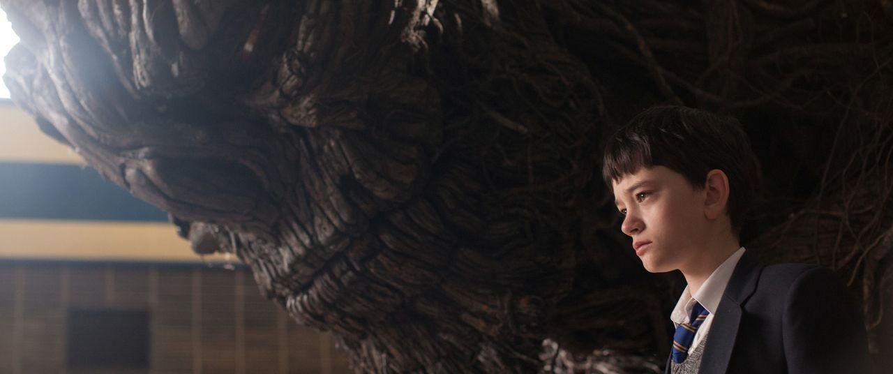 Monster (Liam Neeson, l.); Conor (Lewis MacDougall, r.) - Bildquelle: Quim Vives Studiocanal GmbH