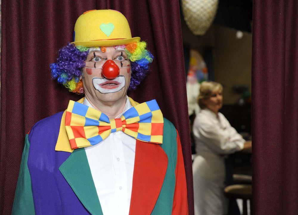 Als Maik kurzfristig bei seinem Mutter-Kind-Brunch der Clown absagt, springt Armin (Rainer Will, l.) spontan als Ersatzclown ein - und öffnet damit... - Bildquelle: Sat.1