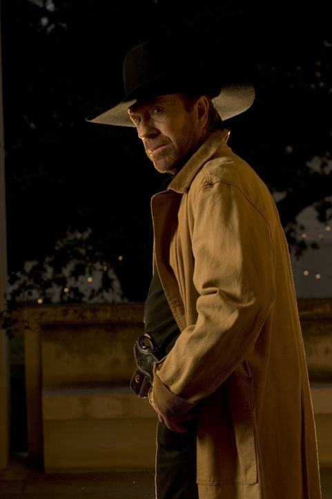 Noch einmal tritt Ranger Captain Corell Walker (Chuck Norris) gegen das Verbrechen an: Er ermittelt gegen einen Kollegen, der unter Verdacht steht,... - Bildquelle: CBS Television