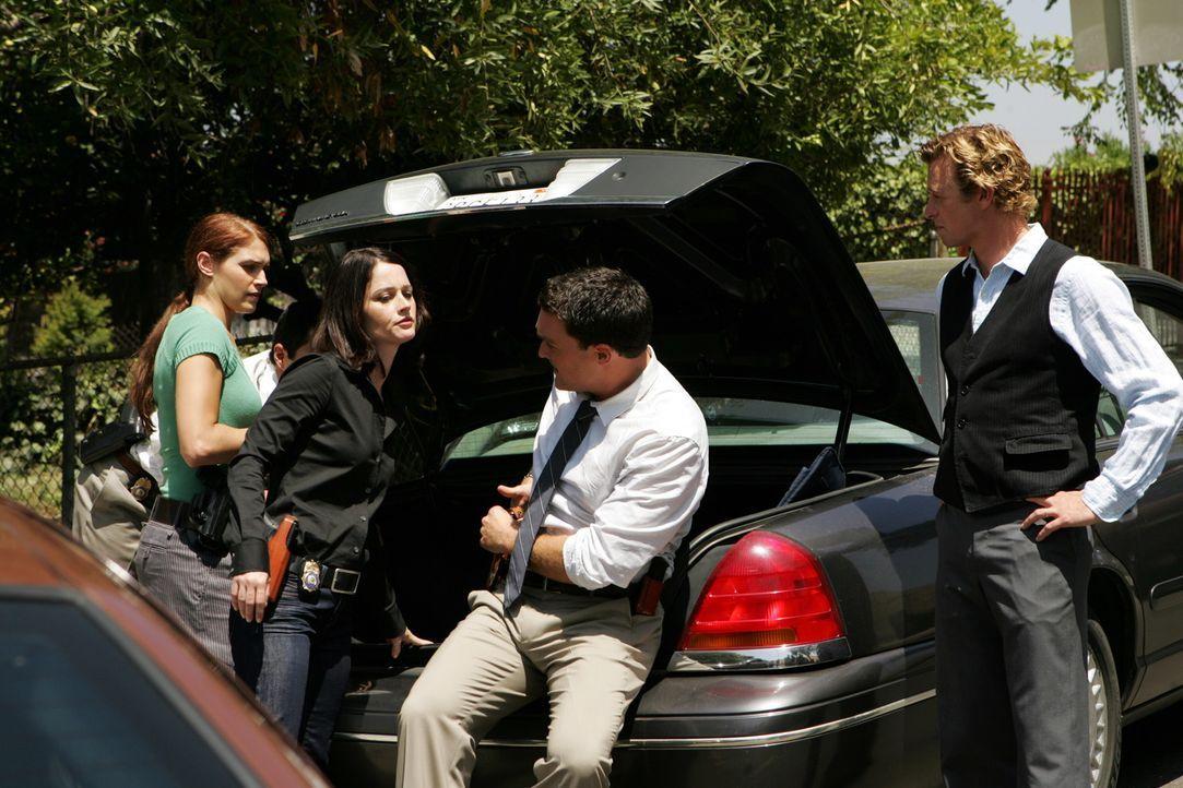 Bereiten sich auf einen Angriff vor: Grace Van Pelt (Amanda Righetti, l.), Teresa Lisbon (Robin Tunney, 2.v.l.), Wayne Rigsby (Owain Yeoman, 2.v.r.)... - Bildquelle: Warner Bros. Television