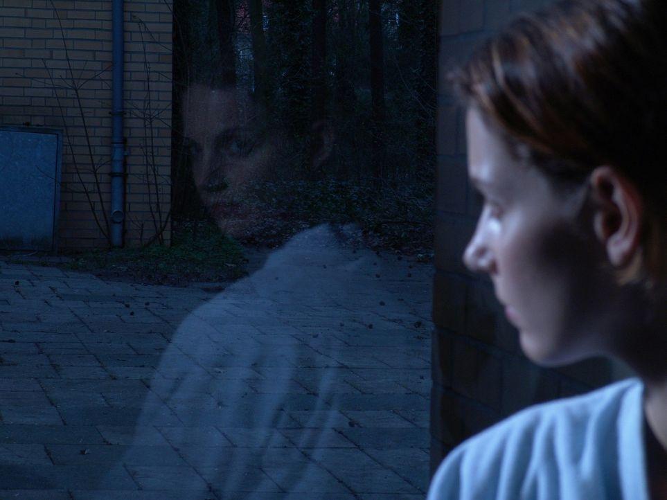 Andrea (Maria Zielcke) hat Angst vor der anstehenden Brustoperation. - Bildquelle: Sat.1