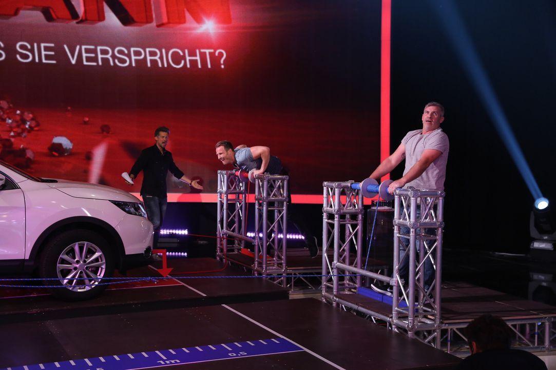 Wayne Carpendale (l.) ist gespannt, ob Hauke (M.) oder Andreas (r.) das Auto schnell per Handgelenkrolle sich heranziehen kann ... - Bildquelle: Guido Engels SAT.1