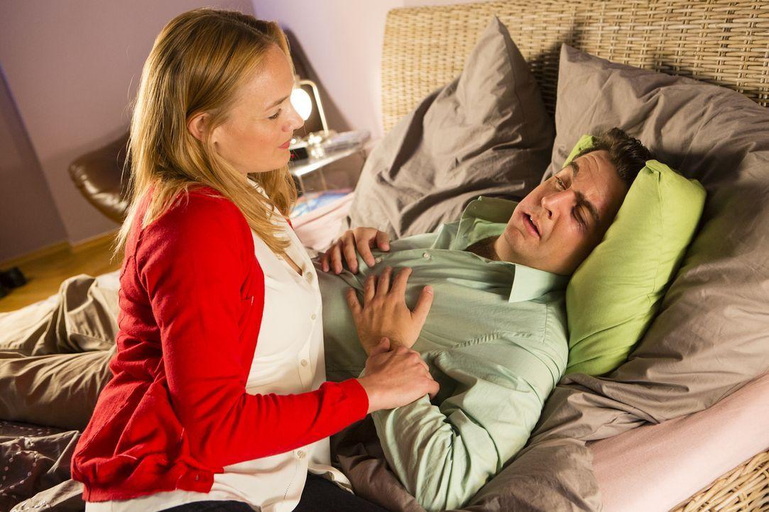 Was ist nur mit Bastian (Bastian Pastewka, r.) los? Mit geschwollenem Gesicht und blauem Auge liegt er im Bett und lässt sich von Freundin Anne (Son... - Bildquelle: Frank Dicks SAT.1
