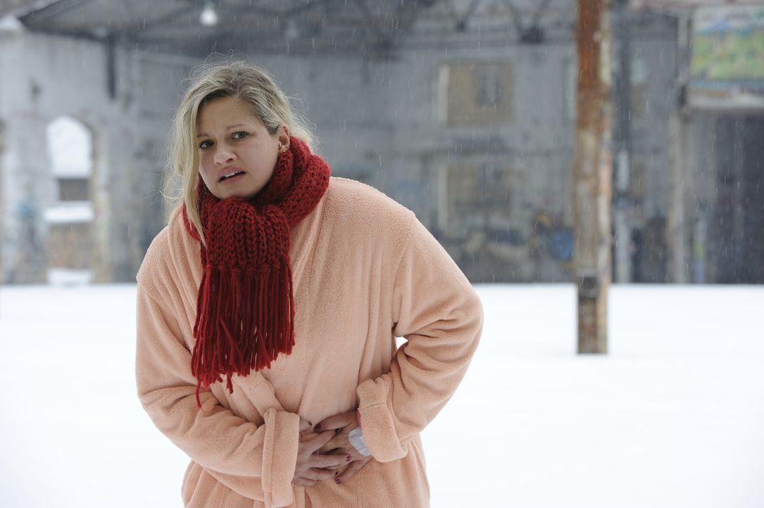 Mia (Josephine Schmidt) geht aufs Ganze, ignoriert die Warnungen der Ärzte und entwischt dem Polizisten, um ihren Bruder zu warnen. Doch wird das g... - Bildquelle: SAT.1
