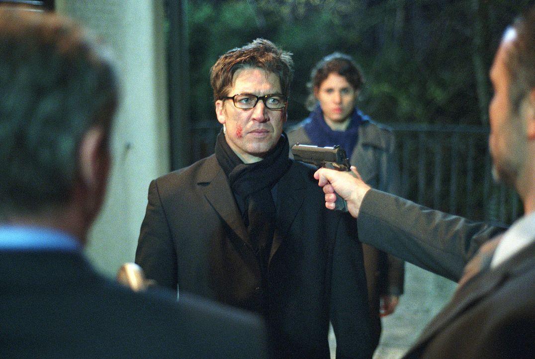 Luis (Tobias Moretti) wird von zwei Männern bedroht. - Bildquelle: Miguel Dieterich Sat.1