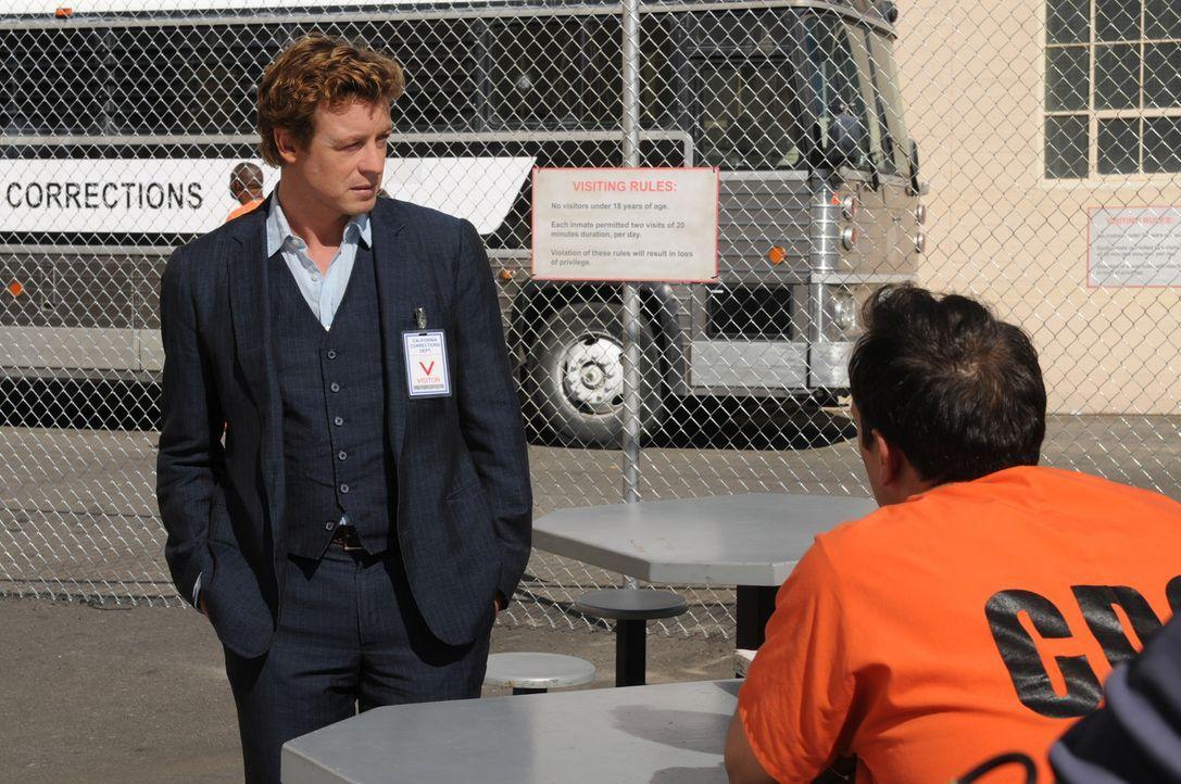 Patrick Jane (Simon Baker, r.) besucht den Inhaftieren Jared Renfrew (Todd Stashwick, l.), der ein Jahr zuvor des Mordes verurteilt wurde. Er will,... - Bildquelle: Warner Bros. Television