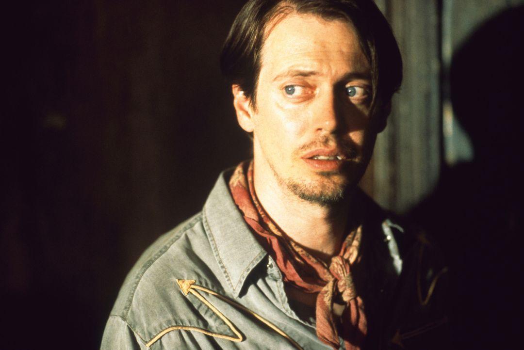 """Auch wenn ihm zunächst keiner zuhört, erzählt der schmächtige Buscemi (Steve Buscemi) die Geschichte von """"El Mariachi"""" ... - Bildquelle: Columbia Pictures"""