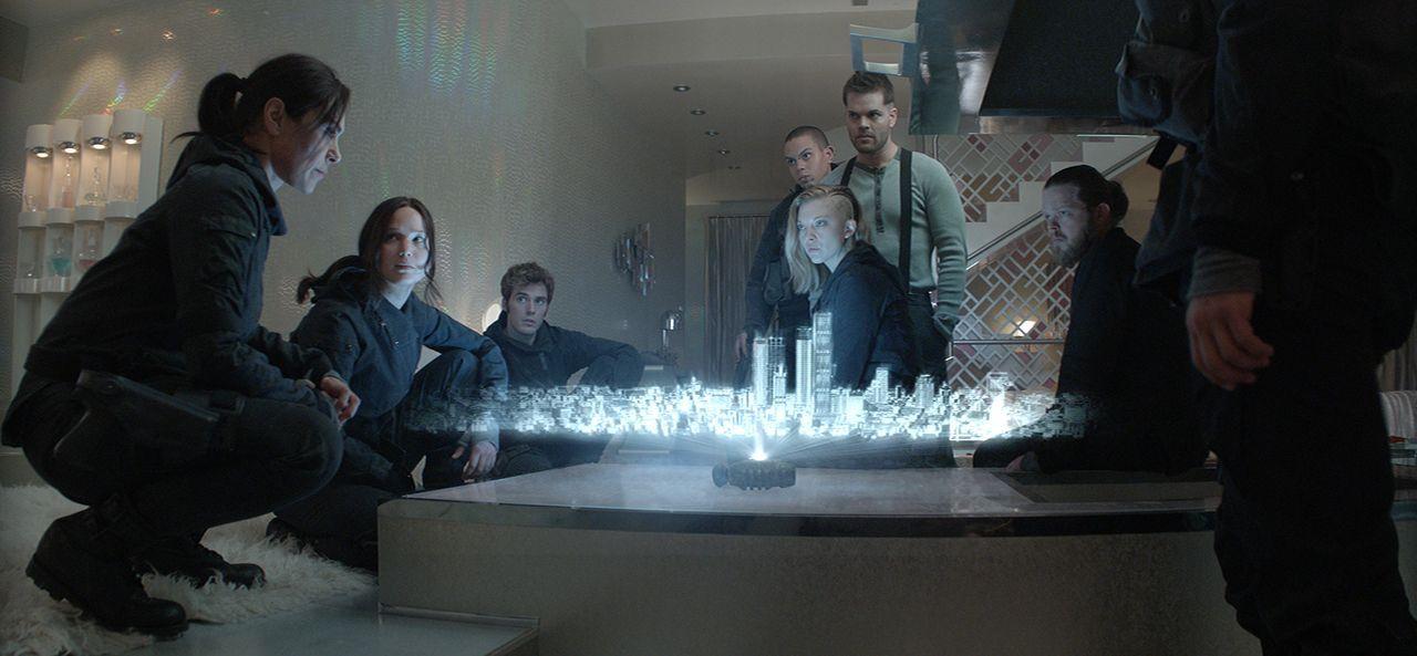 Wollen sich in einer letzten geheimen Mission mitten ins Capitol wagen, um Präsident Snow zu töten (v.l.n.r.): Lieutenant Jackson (Michelle Forbes),... - Bildquelle: TM & © 2015 Lions Gate Entertainment Inc. All rights reserved.